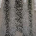 Aus dem oben zu sehenden Mauerwerk ausgespülter Kalkmörtel. 1/30stel Sek. bei Blende 7,2; brennweite 55mm.